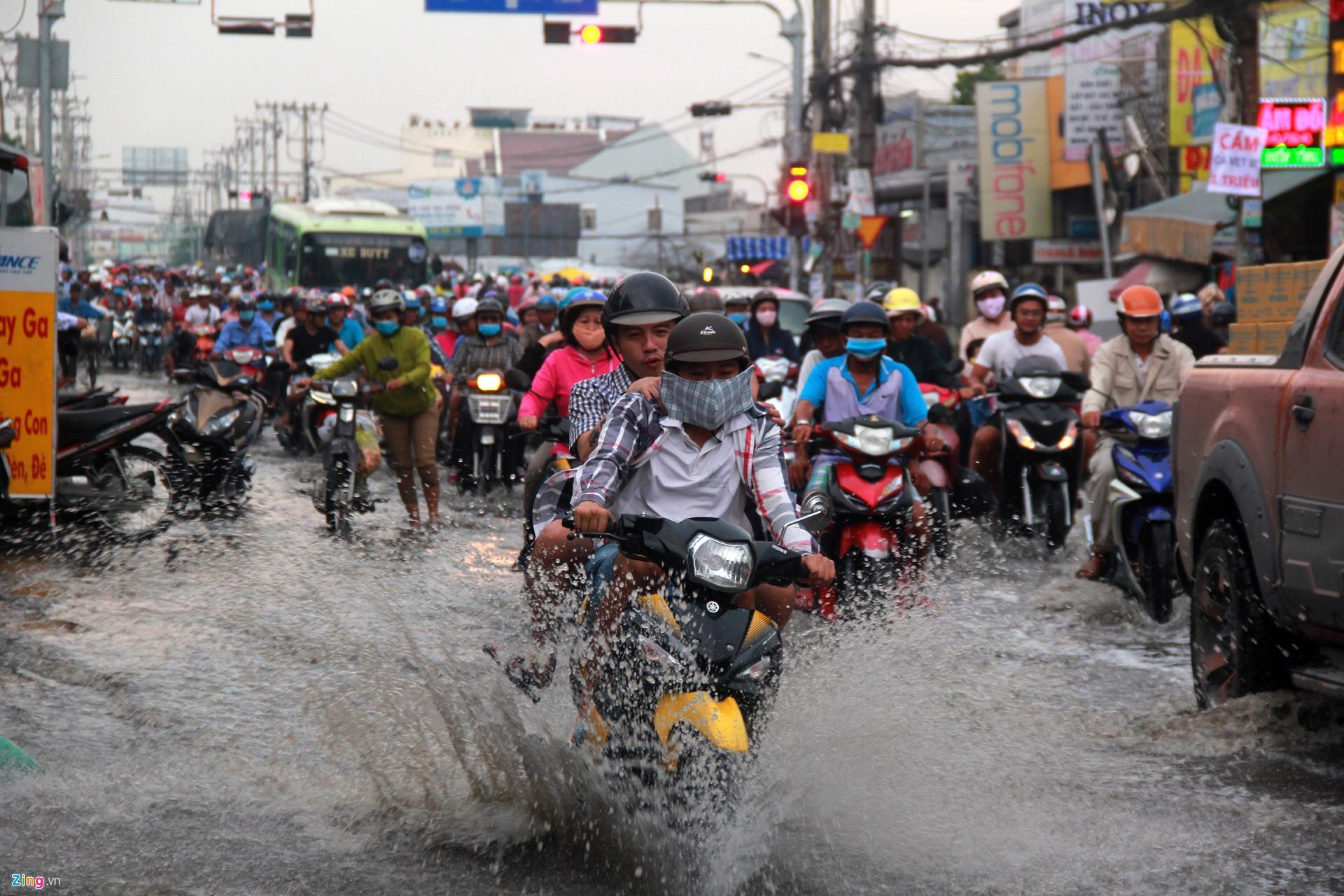 Đỉnh triều cường ở Sài Gòn vượt mức báo động 3