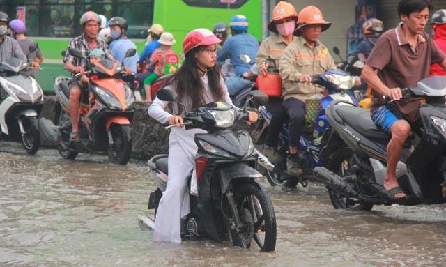 Sài Gòn ngập nặng sáng đầu tuần, học sinh ướt sũng đến trường
