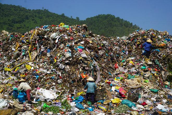 """Phó chủ tịch Đà Nẵng: """"Bãi rác thối thế này, dân sao chịu được"""""""