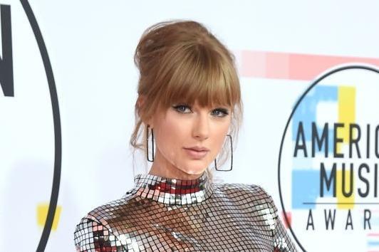 Taylor Swift áp đảo dàn sao trên thảm đỏ American Music Awards