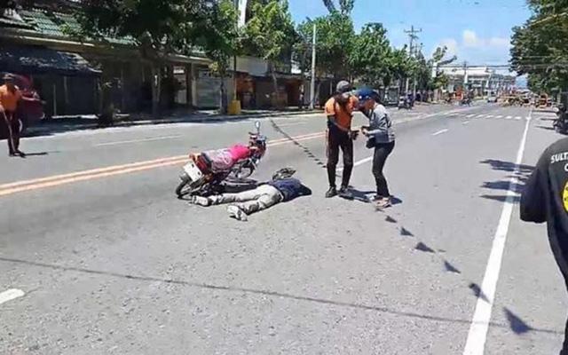 Anh chàng giả chết ngay giữa đường để cầu hôn bạn gái