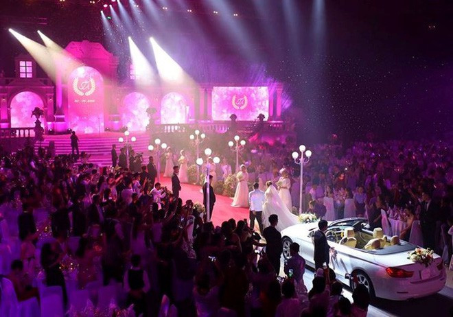 Chú rể Đà Nẵng lái ô tô vào sân khấu, mời Đàm Vĩnh Hưng hát đám cưới
