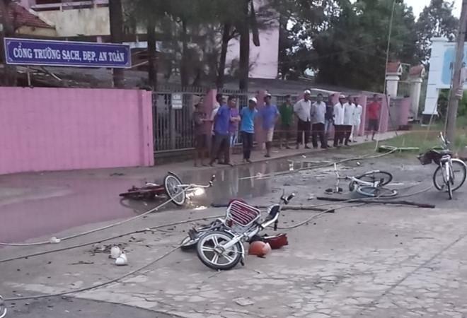 Đứt dây điện gần cổng trường, 2 học sinh tử vong