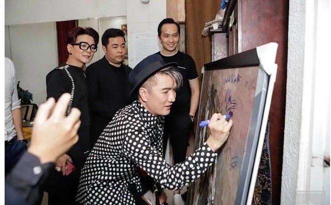 Đàm Vĩnh Hưng xin lỗi sau khi bị chỉ trích gay gắt vì ký tên lên tranh