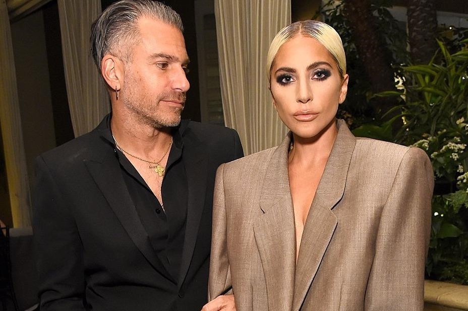 Lady Gaga lần đầu tiết lộ đã đính hôn với bạn trai hơn 17 tuổi