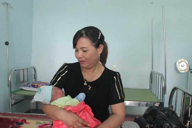 Bé gái sơ sinh bị bỏ rơi ở gốc cây gần trạm y tế