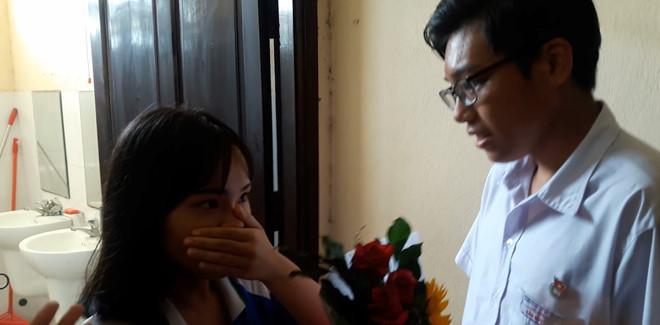 Cả trường vây kín nhà vệ sinh xem nam sinh Đà Nẵng tỏ tình