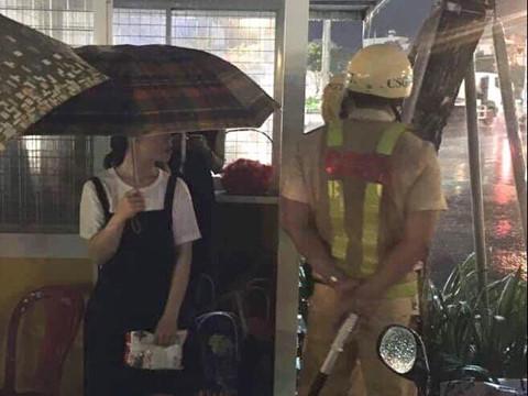 Cơn mưa bất chợt và hành động đẹp của chiến sĩ CSGT Đà Nẵng