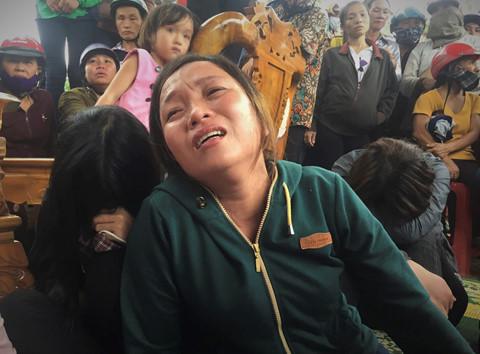 Cuộc sống bế tắc của gia đình 4 người treo cổ tự tử