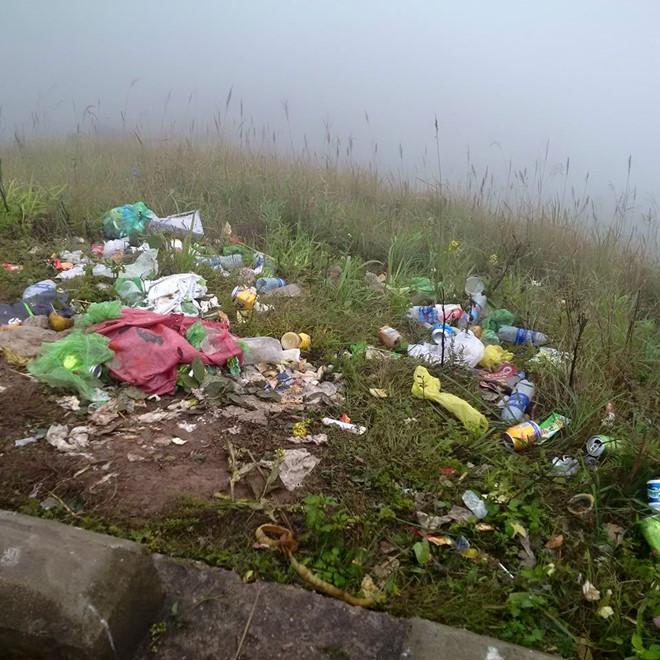 Dân phượt bị lên án khi xả rác bừa bãi tại cột mốc ở Bình Liêu