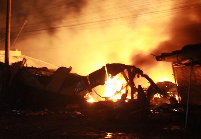 Công ty gỗ bốc cháy dữ dội sau tiếng nổ lớn