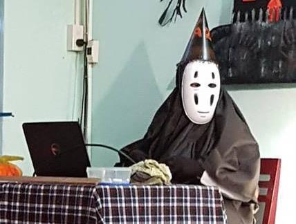 Thầy giáo Khánh Hoà hóa thành Vô Diện trong tiệc Halloween ở lớp