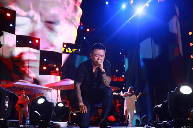 Tuấn Hưng khóc trước 10.000 khán giả trong live show