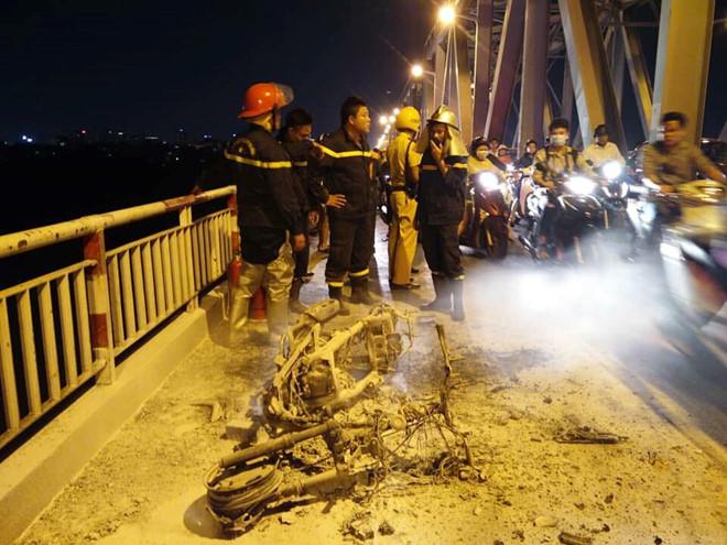 Xe máy bốc cháy, giao thông cầu Chương Dương tê liệt
