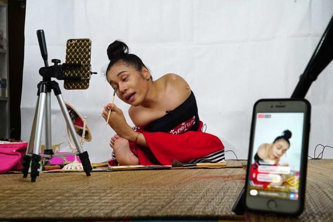 Cô gái không tay Thái Lan dạy trang điểm bằng chân