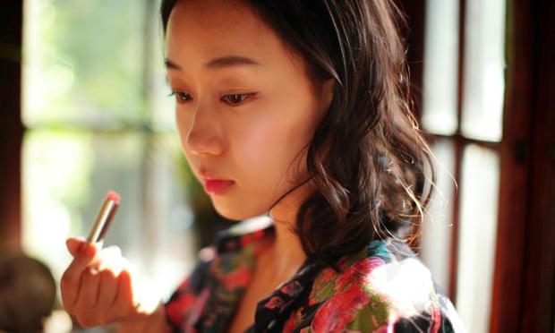 """Con gái Hàn Quốc vứt đồ make up, phản đối quan niệm """"đẹp hoàn hảo"""""""