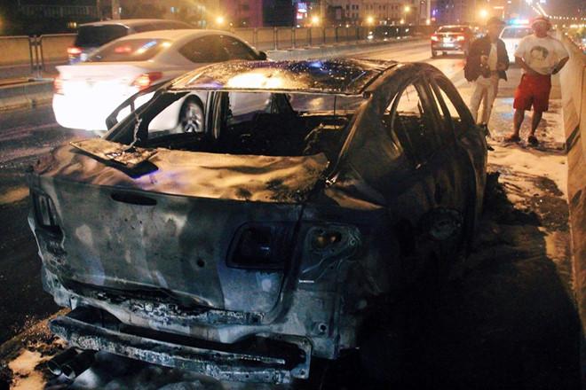 Mazda 3 cháy trơ khung sắt ở đường vành đai trên cao