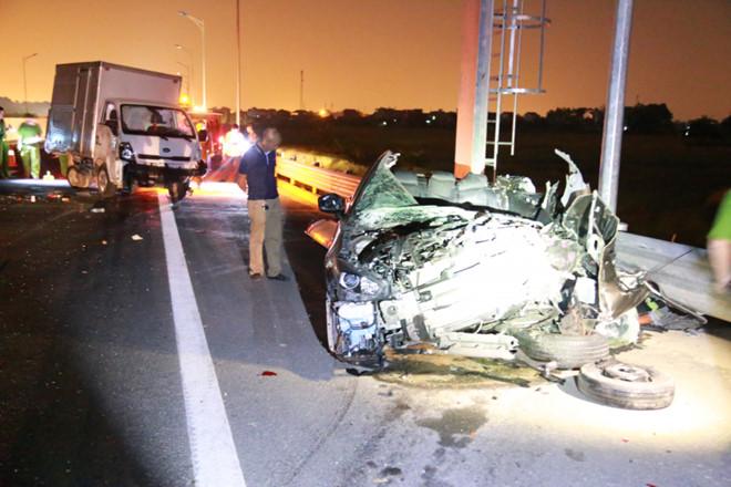 Xe Mazda nát bươm sau va chạm trên cao tốc, 2 người tử vong