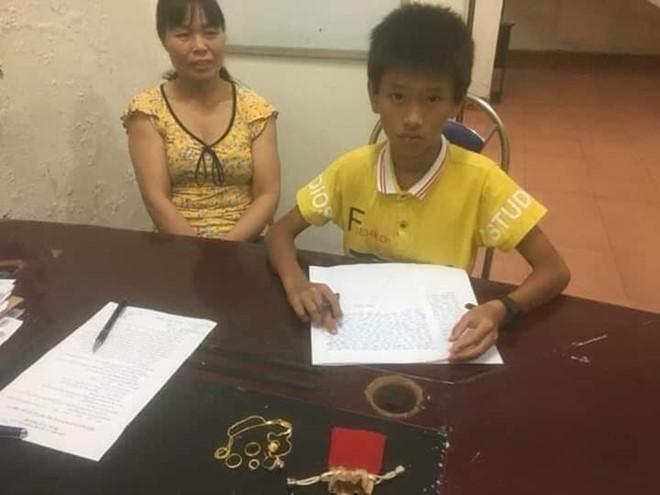 Cậu bé Quảng Ninh trả lại bông tai, nhẫn vàng cho người bị mất