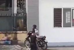 Anh chàng quỳ gối ôm chân bạn gái trước cổng CĐ Thương mại Thái Nguyên