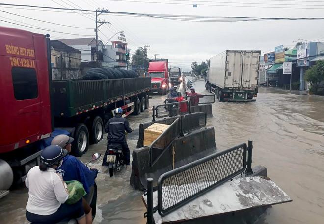 Nha Trang ngập khắp nơi sau trận mưa lớn, quốc lộ 1 kẹt nhiều giờ