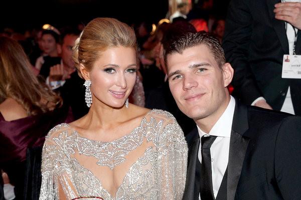 Lần thứ ba hủy hôn, Paris Hilton chia tay người tình kém 4 tuổi