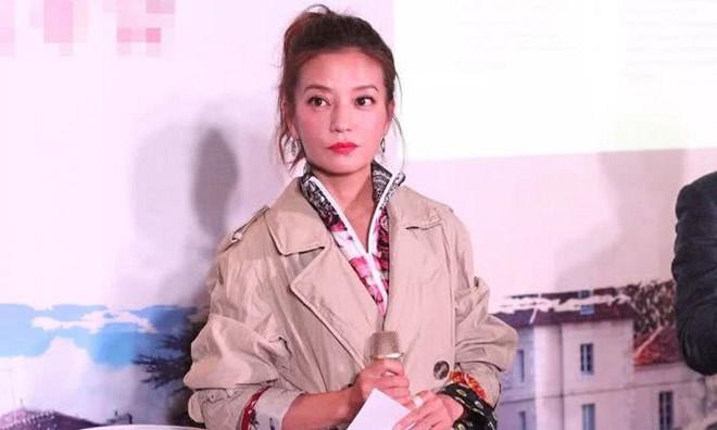 Triệu Vy bị phản đối khi xuất hiện sau án phạt trên sàn chứng khoán