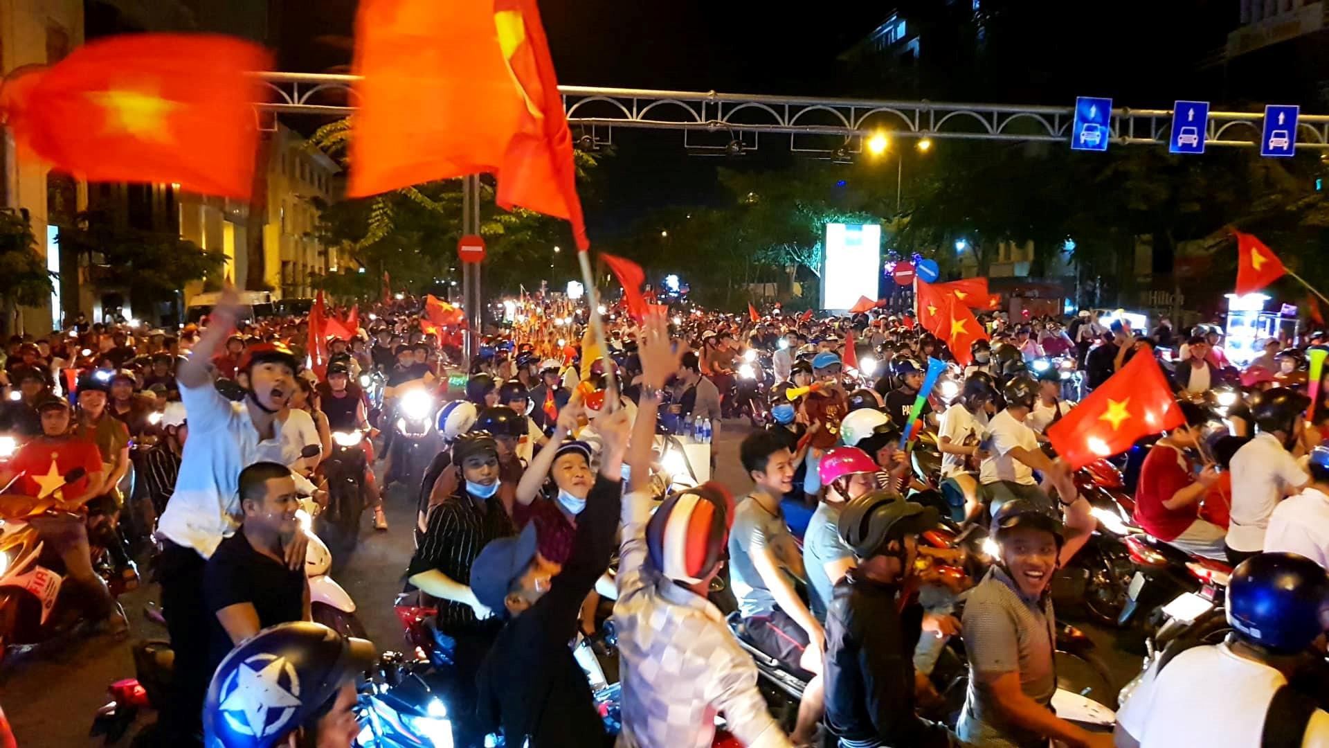 Cổ động viên tràn ra đường mừng Việt Nam vào chung kết