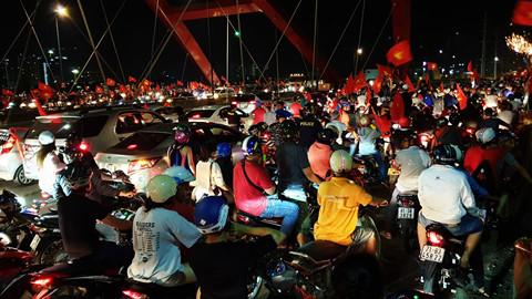 """Người Sài Gòn """"đi bão"""", cầu Bình Lợi kẹt xe đến rạng sáng"""