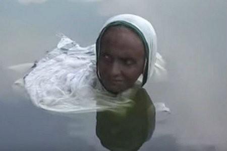 Bệnh lạ khiến người phụ nữ Ấn Độ dầm mình 20 năm trong hồ nước