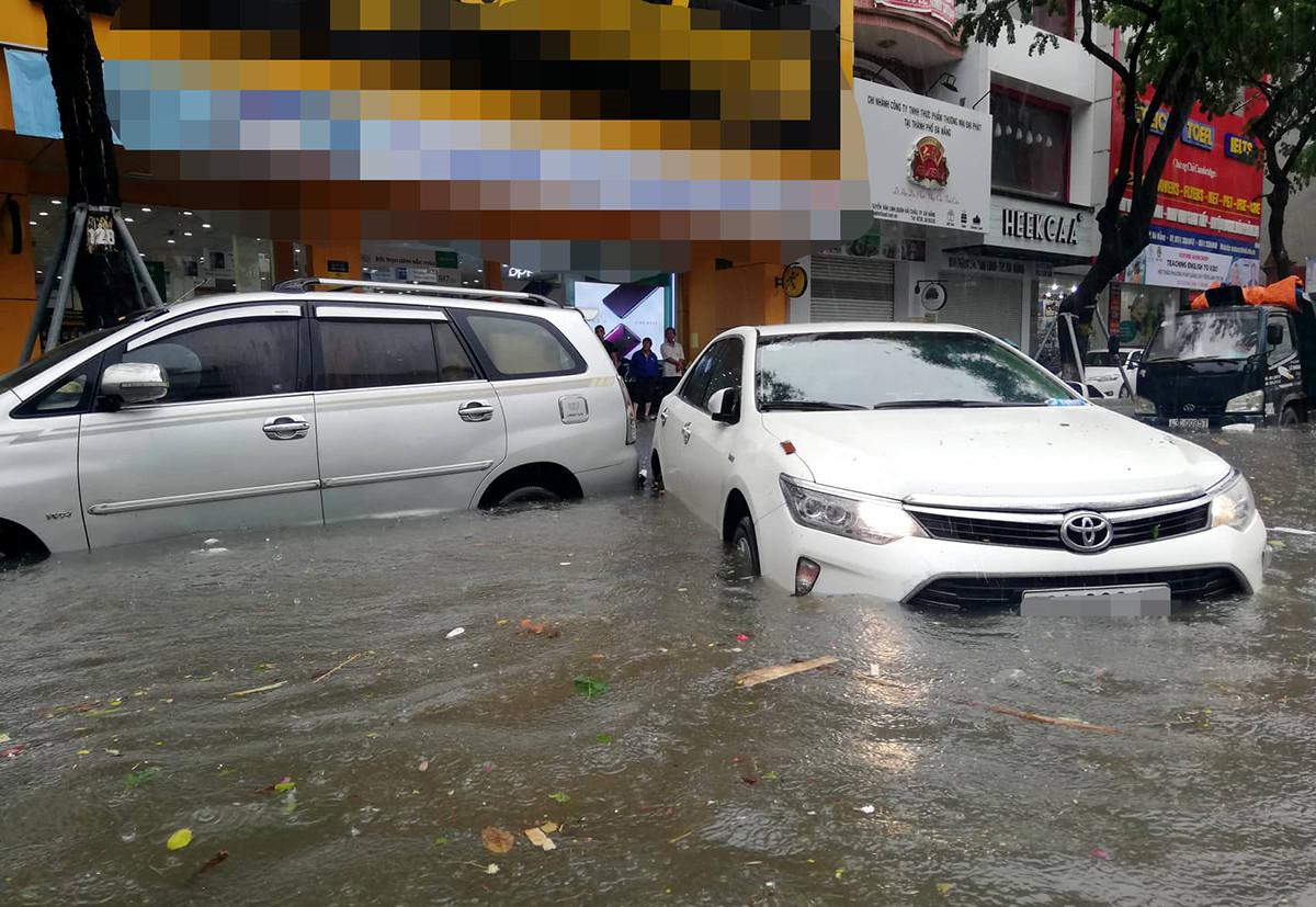 Nhiều xe sang trôi dạt trên đường ngập nước ở Đà Nẵng