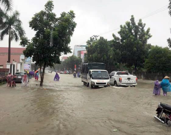 TP Vinh ngập trong biển nước sau cơn mưa kéo dài nhiều giờ