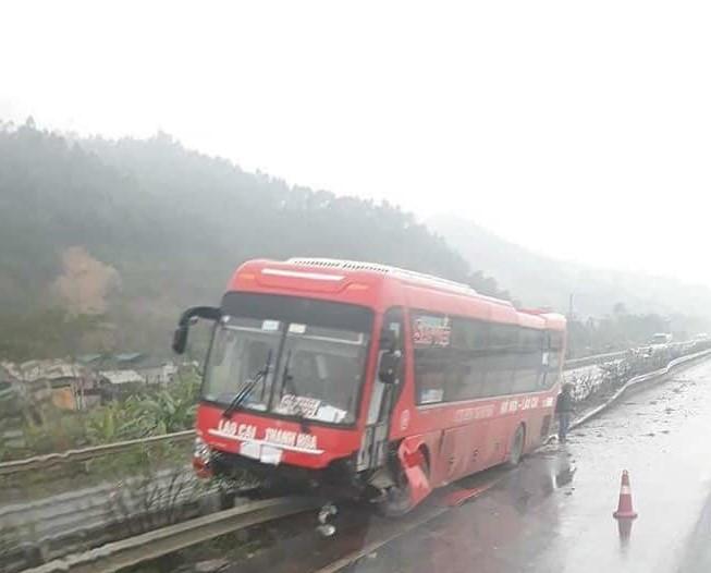 Xe khách cày nát giải phân cách cao tốc trong mưa