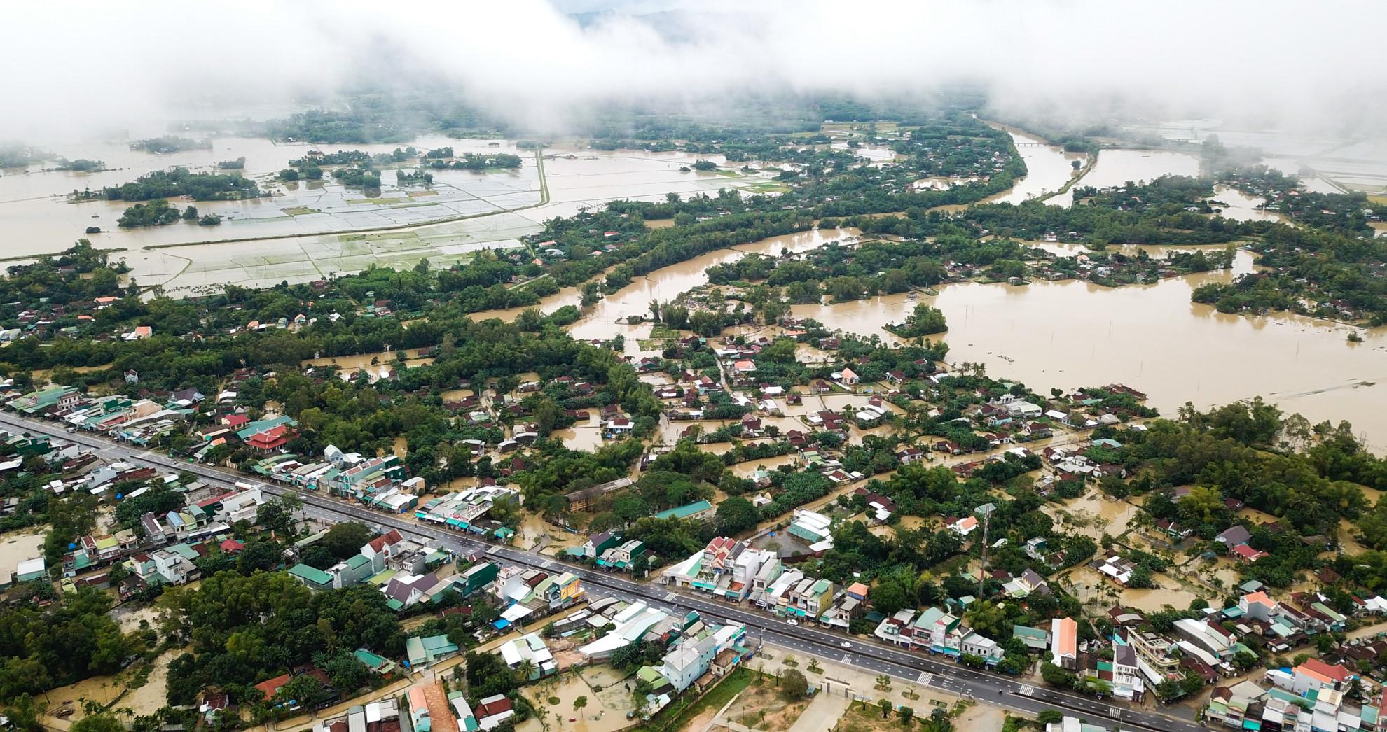 Miền Trung chìm trong biển nước, hàng nghìn căn nhà bị ngập