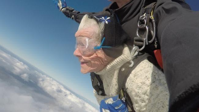 Bà cụ 102 tuổi nhảy dù với độ cao trên 4.000 m