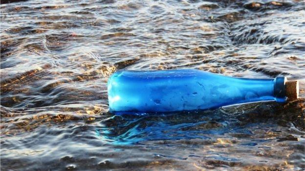 """Cô đơn quá lâu, người đàn ông thả 2000 chai thủy tinh xuống sông """"tìm bạn"""""""