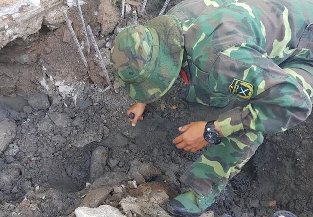 Đào móng nhà, công nhân phát hiện đạn cối 82 mm