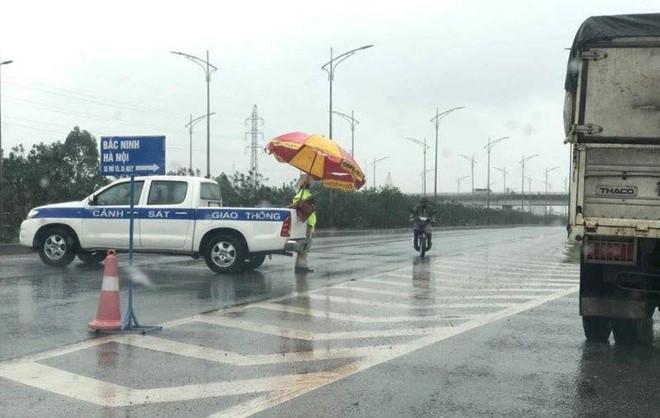 Thi thể người phụ nữ nằm giữa cao tốc lúc sáng sớm