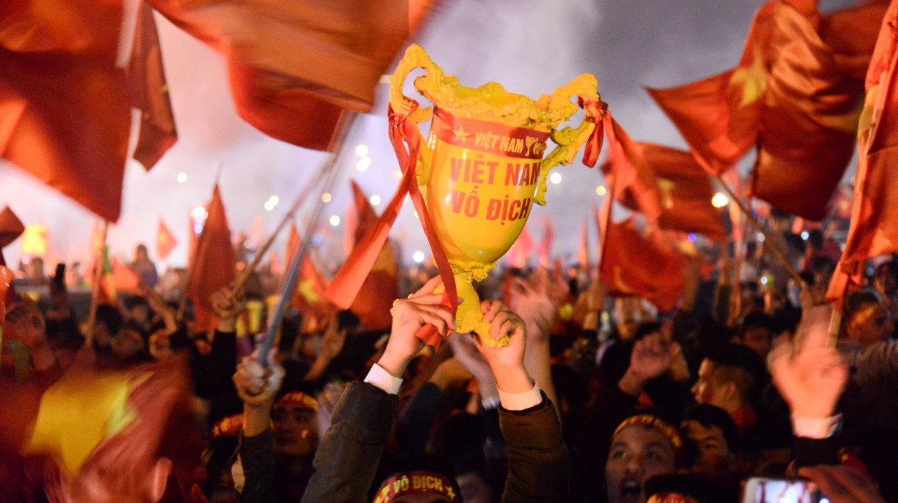Người dân vỡ òa cảm xúc, pháo sáng khắp phố mừng chức vô địch AFF Cup