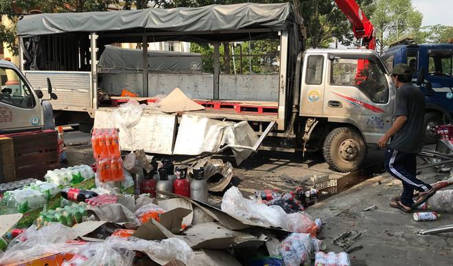 Hàng trăm thùng nước ngọt đổ ra đường, người dân thu dọn giúp tài xế