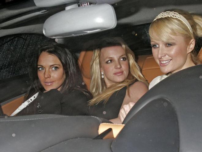 """Paris Hilton gọi Lindsay Lohan là """"kẻ bám đuôi trơ trẽn"""""""