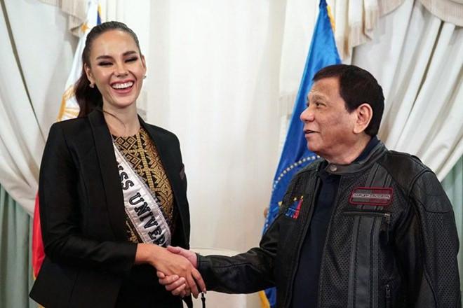 Tân Hoa hậu Hoàn vũ được Tổng thống Philippines đón tiếp khi về nước