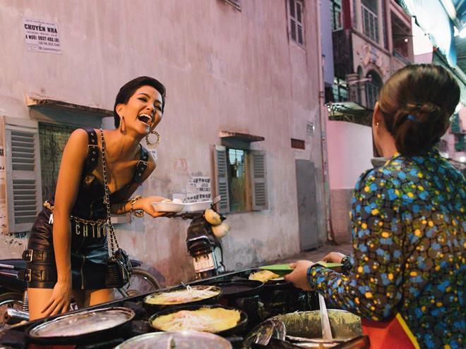 H'Hen Niê mua bánh bao, ăn ốc nóng trong hẻm nhỏ Sài Gòn
