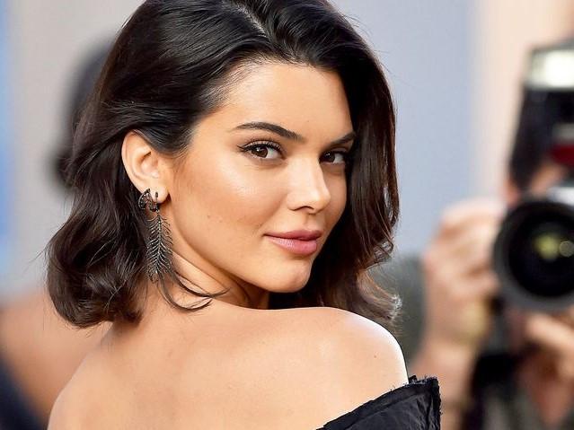 Kendall Jenner vắng mặt trong ảnh Giáng sinh gia đình vì chưa có con?