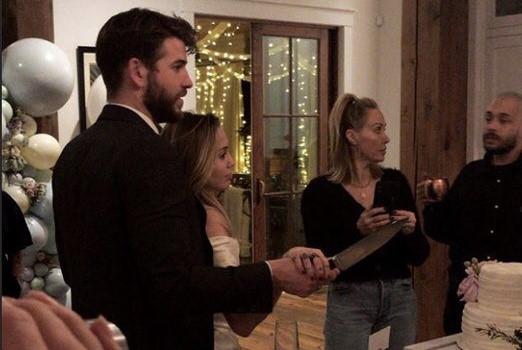 Miley Cyrus và Liam Hemsworth cưới bí mật tại nhà riêng