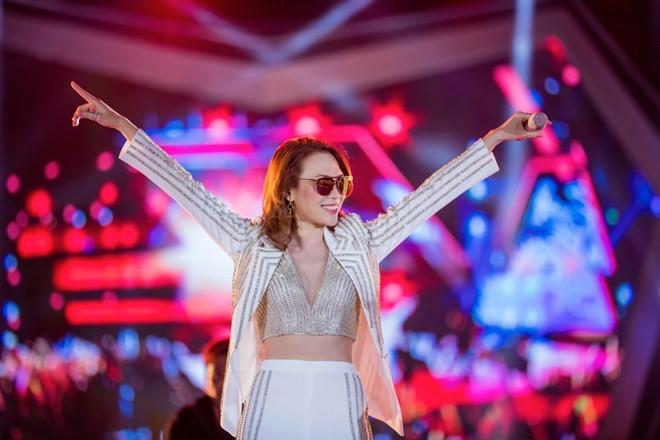 Mỹ Tâm hội ngộ khán giả Sài Gòn, Hà Nội trong đêm nhạc công nghệ