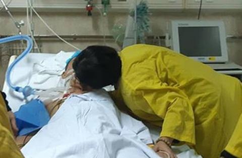 Nụ hôn từ biệt người vợ dành cho chồng hiến tạng cứu 5 người