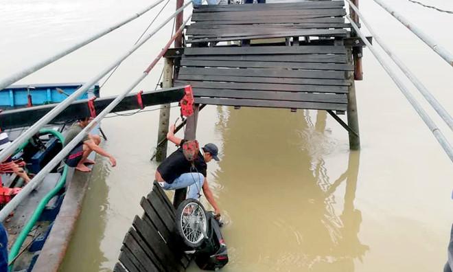 Sập cầu ở Nha Trang, 3 người thoát chết