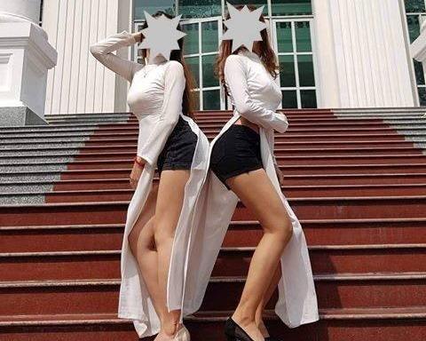 Hai cô gái mặc áo dài với quần đùi, tạo dáng phản cảm chụp kỷ yếu