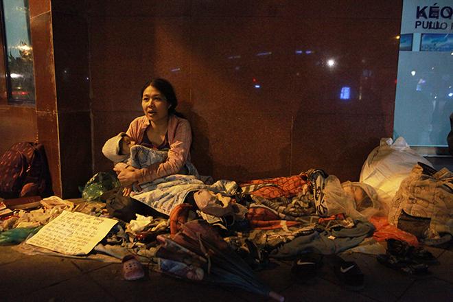 Người vô gia cư chống chọi cái rét khốc liệt của Hà Nội